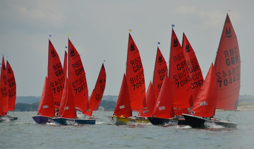 A fleet of Mirrors lined up at the very start of a race