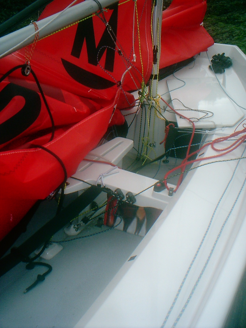 Duplicated mainsail controls (kicker, downhaul) on the thwart of a Winder Mirror dinghy